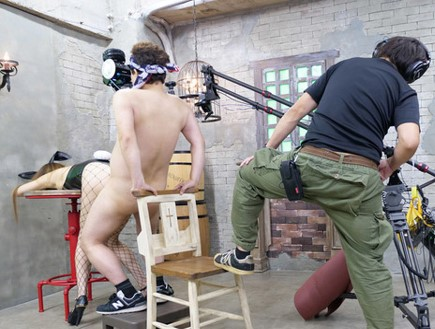 เบื้องหลังการถ่ายหนัง VR ใครจะไปรู้ว่าผู้กำกับและนักแสดงชายเกือบจะ...กันแล้ว