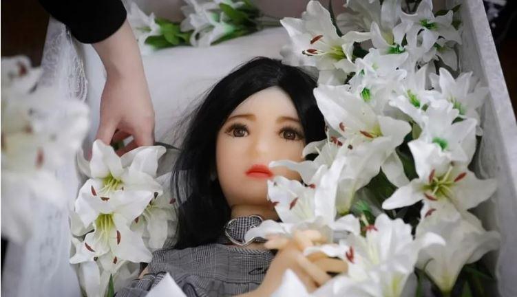 คนญี่ปุ่นเขาจัดพิธีศพให้กับเหล่าตุ๊กตายางแบบนี้แล้วนะ -3