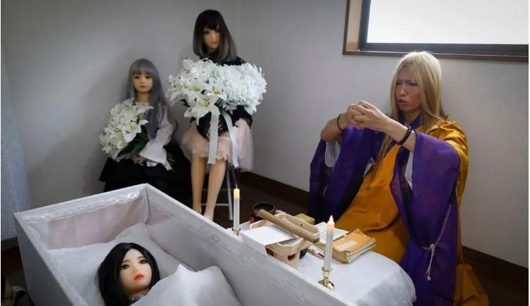 คนญี่ปุ่นเขาจัดพิธีศพให้กับเหล่าตุ๊กตายางแบบนี้แล้วนะ